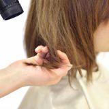 髪の毛を乾かす人